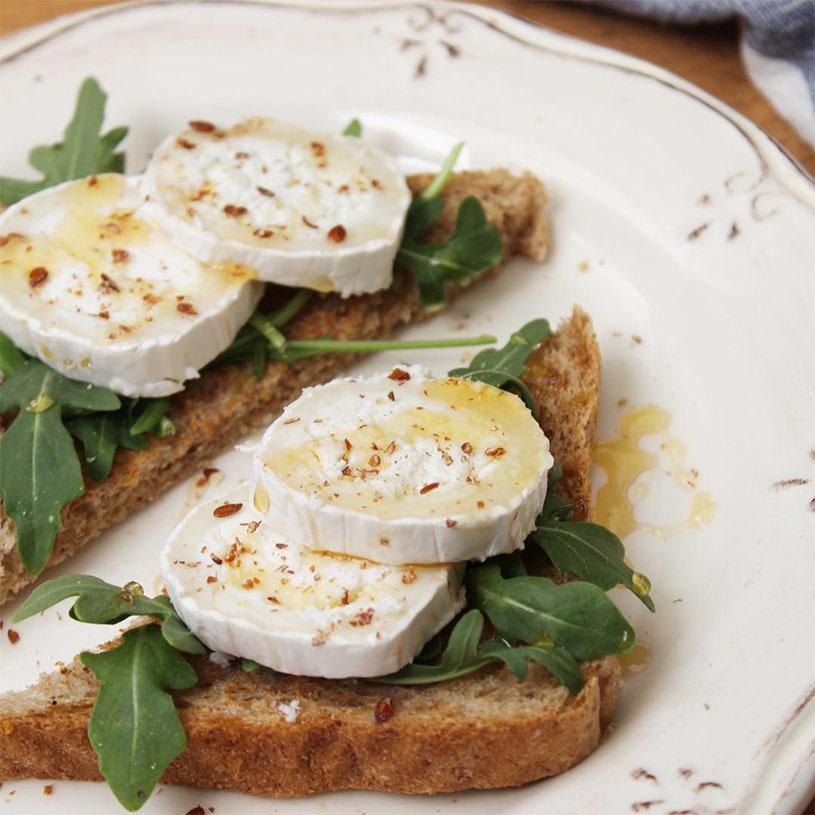 Receta de tostada integral con rúcula, queso de cabra y miel