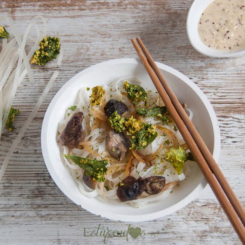 Tallarines de arroz con kale crujiente