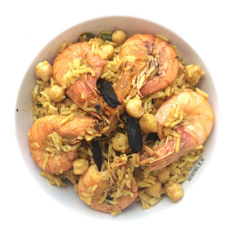 Arroz con langostinos al curry con ajo negro
