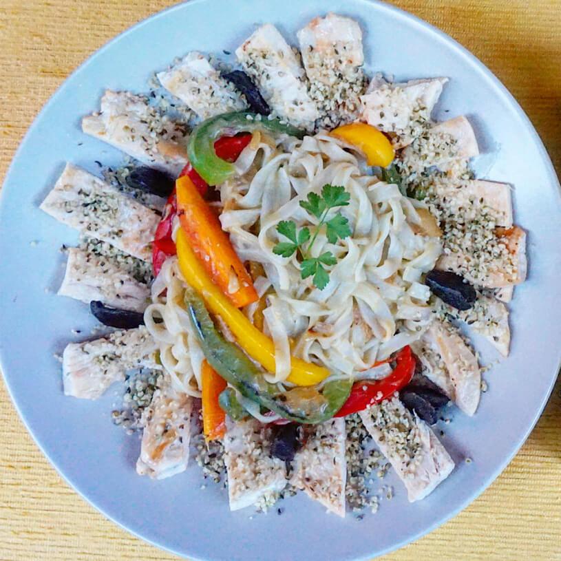 Fideos de arroz con verduras y pollo