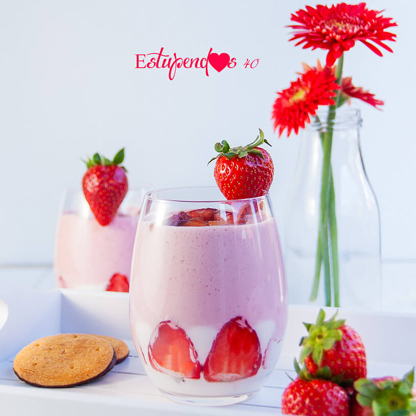 Yogur de fresas con base de galleta con chocolate