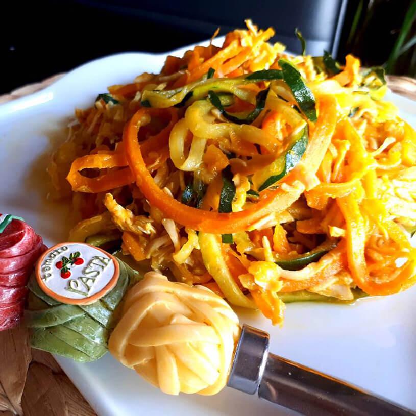 Espaguetis al curry de calabacín y zanahoria con pavo