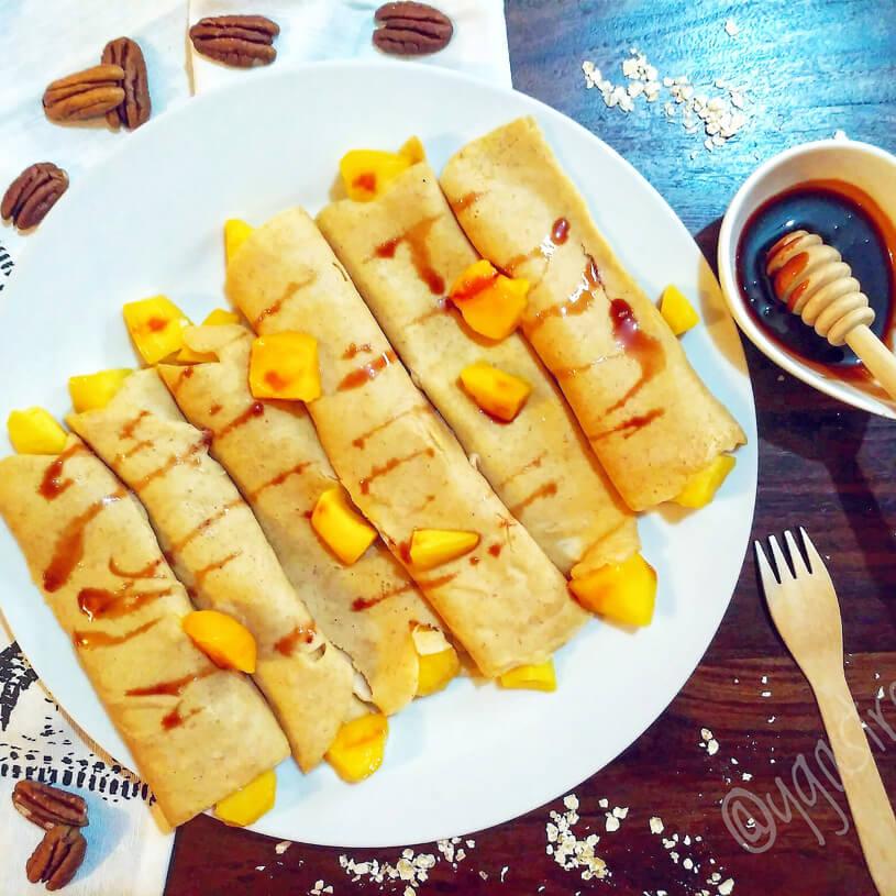 Crepes de harina de garbanzo con mango y sirope de dátil