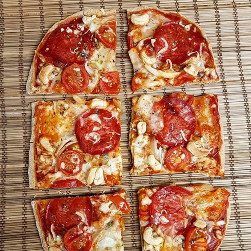 Pizza de chorizo de pollo y anacardos
