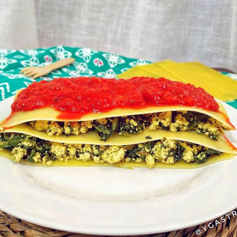 Receta de Lasaña veggie de espinacas y tofu con salsa de pimientos asados