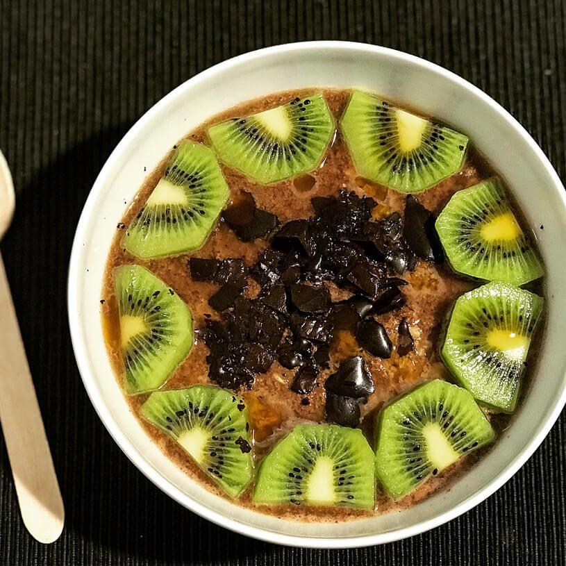 Receta de Gachas chocolateadas de avena con chocolate negro, kiwi y sirope de caramelo