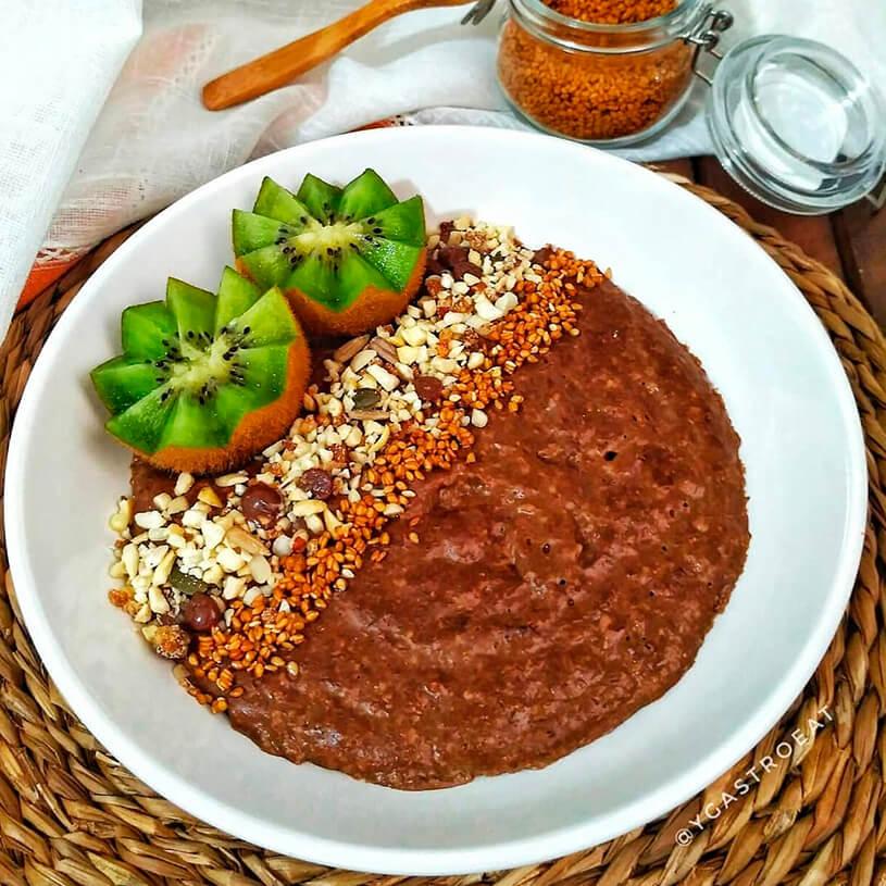 Receta de Porridge al coco y cacao con kiwi, frutos secos y semillas