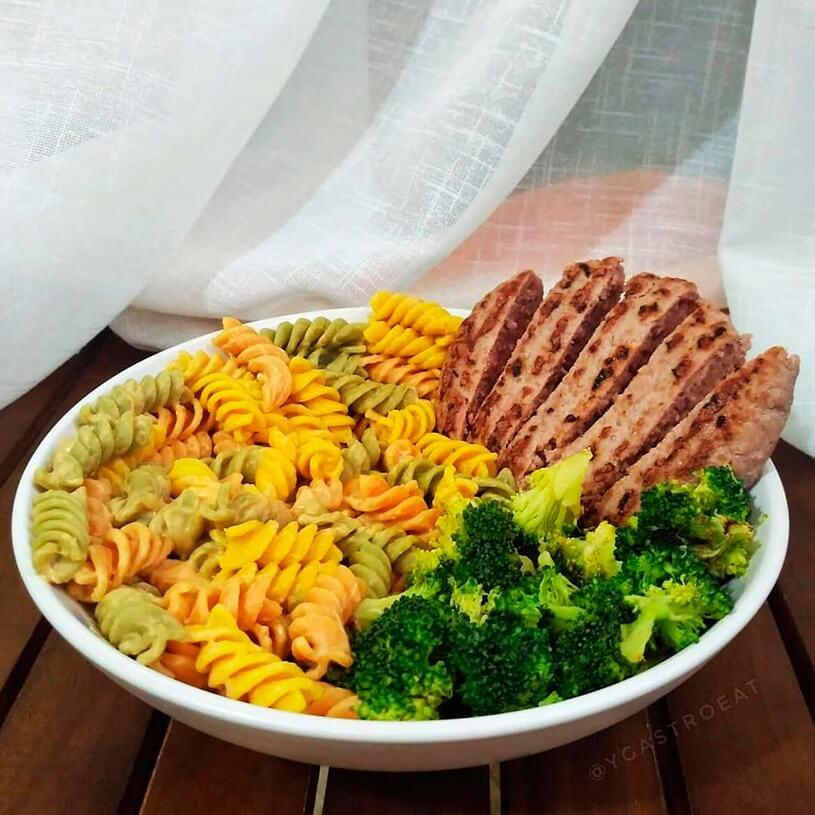 Receta de Pasta multivegetales con crema de cacahuete, hamburguesa y brócoli