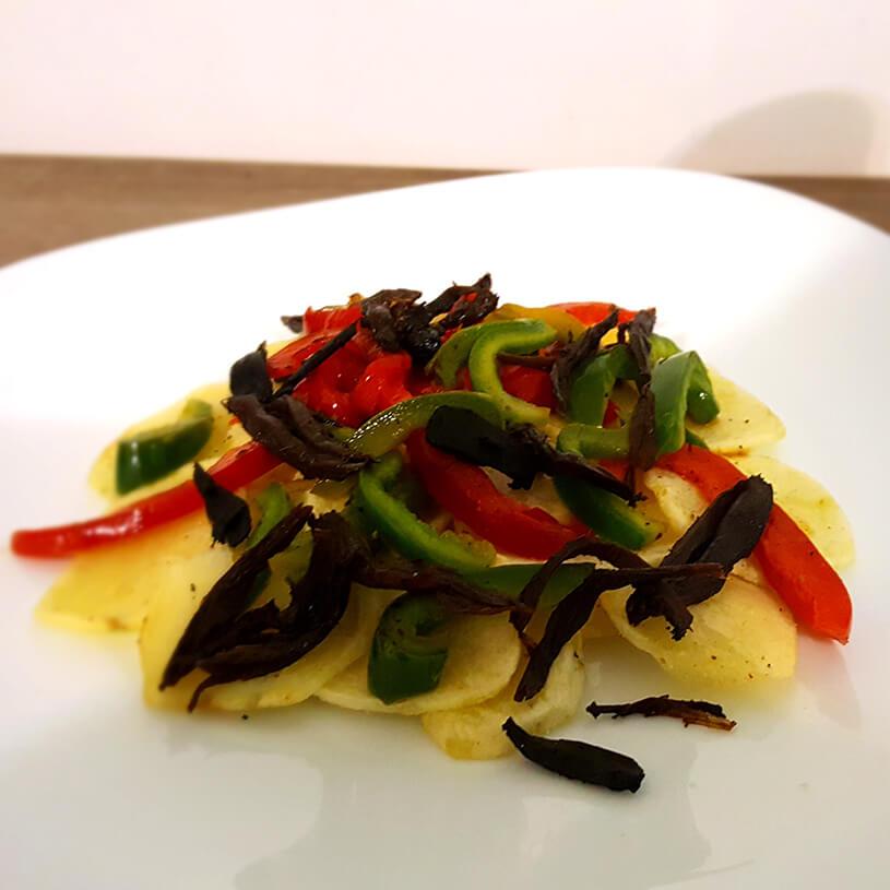 Receta de Patatas al horno con pimientos y cebolla negra