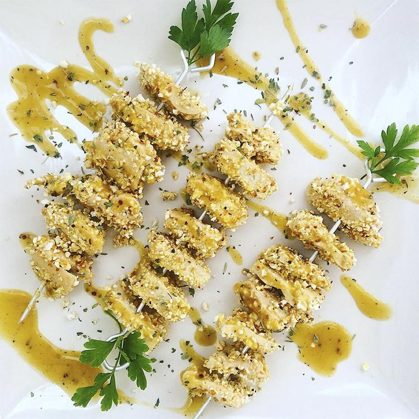 Receta de Brocheta de pollo a la miel y mostaza con palomitas